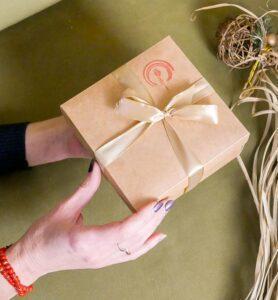 Крафтовая картонная подарочная коробочка  - фото